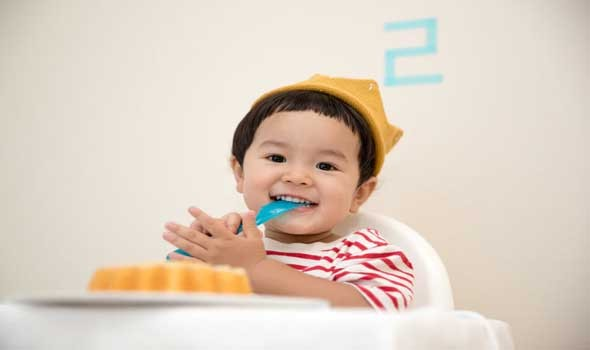 العرب اليوم - تأثير تناول الطعام أمام التلفزيون علي الأطفال