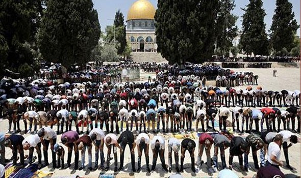 100 ألف مصلٍ يؤدون صلاة العيد فى الأقصى رغم قيود الاحتلال الإسرائيلى