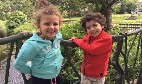 عبر أحد مواقع التواصل الأجتماعي أب سورى يتخلى عن طفلتيه يبسبب الفقر