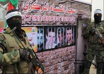العرب اليوم - حماس تنشر صور أسرى إسرائيليين وتقول إنها جاهزة لصفقة تبادل