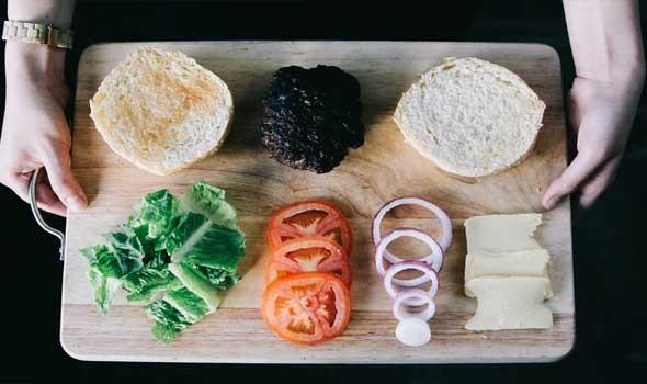 العرب اليوم - أطعمة يحظرها الأطباء على مائدة الفطور الرمضانية