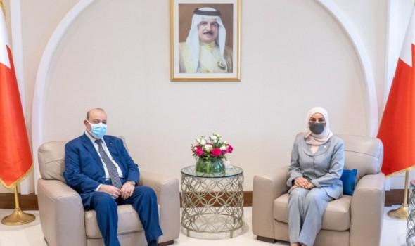 رئيسة مجلس النواب البحريني فوزية بنت عبدالله زينل أثناء استقبالها لسفير فلسطين في المنامة