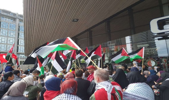 لأول مرة في أوروبا رفع العلم الفلسطيني على سارية أمام البرلمان الدنماركي