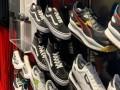 العرب اليوم - «سوذبيز» تسعى لتحطيم رقم قياسي في مزاد على أحذية عدائين