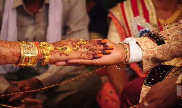 ثنائي سعودي يحتفلان بزفافهما تحت الماء في جزر المالديف
