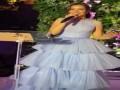 العرب اليوم - بلقيس تتألق بإطلالة ناعمة في فستان أزرق ومكياج بسيط