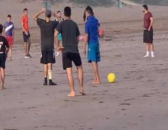 العرب اليوم - الليبيون يفرّون إلى الشواطئ هرباً من تكرار انقطاع التيار الكهربائي في ظل حرارة مفرطة