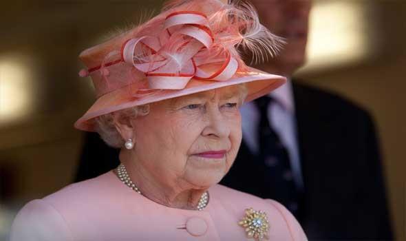 طفلة مصابة بمتلازمة داون تهدي ملكة بريطانيا لوحة فنية
