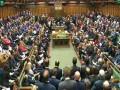 العرب اليوم - نائب بريطانية تحمل رضيعها على صدرها خلال جلسة للبرلمان البريطاني