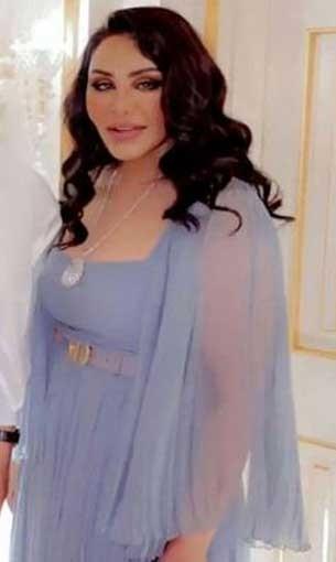 العرب اليوم - الفنانة أحلام بإطلالة جميلة وأنثوية بفستان باللون الأزرق